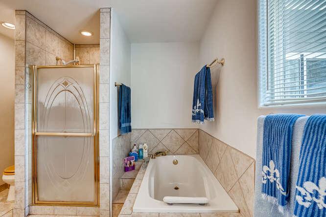 2486-S-Dillon-Street-Aurora-CO-small-016-021-Primary-Bathroom-666x445-72dpi